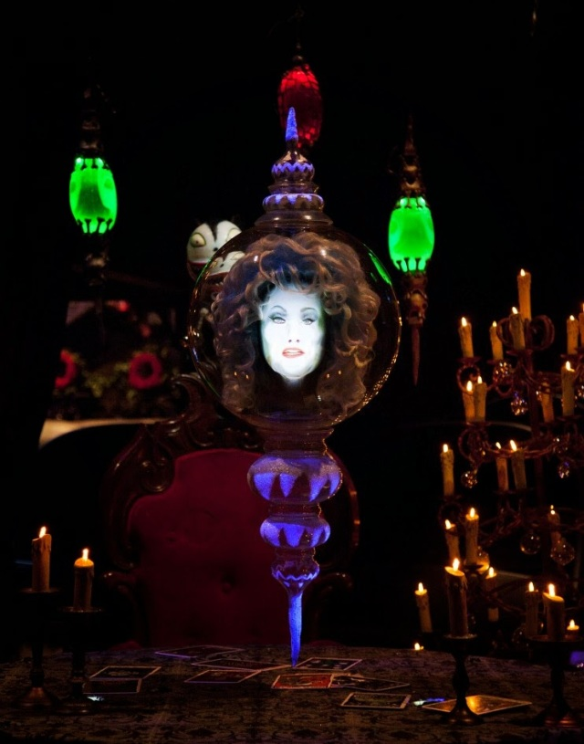 madame-leota-haunted-mansion-holiday-disneyland